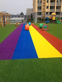 幼儿园多彩草坪